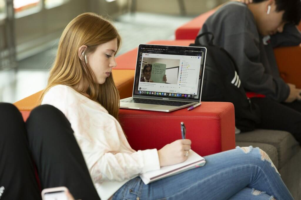 A student participates in Professor Kassem's online class.